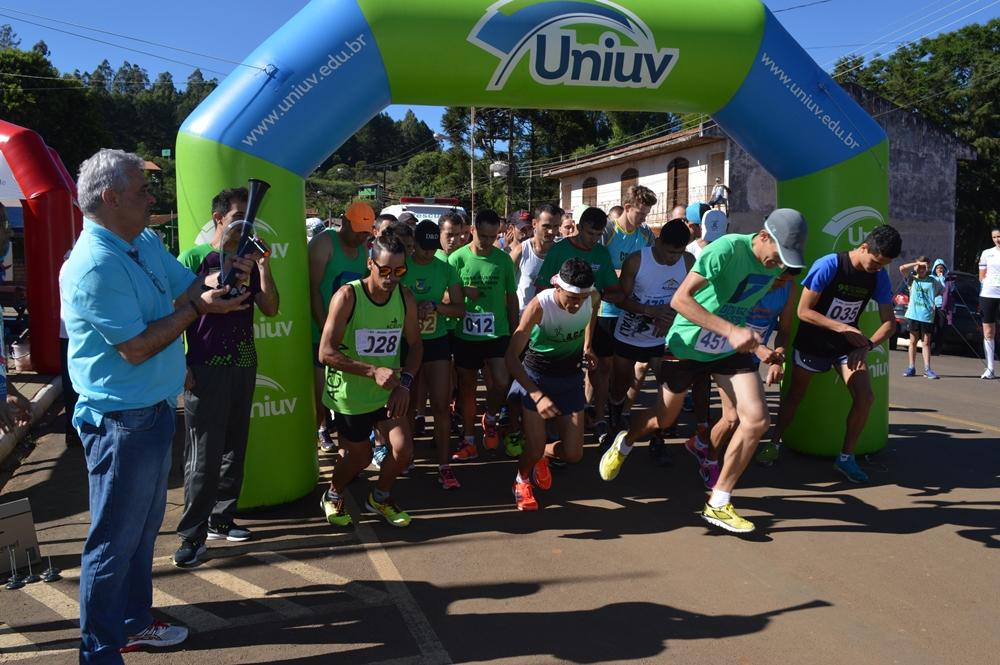 """Participantes tomam ruas da cidade na primeira edição dos """"10 km de General Carneiro"""""""